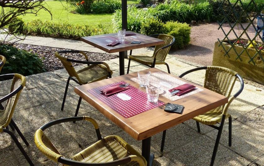 Location de vacances - Camping à Langres - Manger en terrasse aux beaux jours