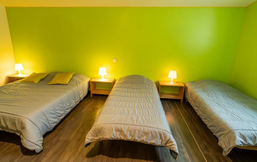 Location de vacances - Gîte à Guer - SALON AVEC VUE SUR LA PISCINE.
