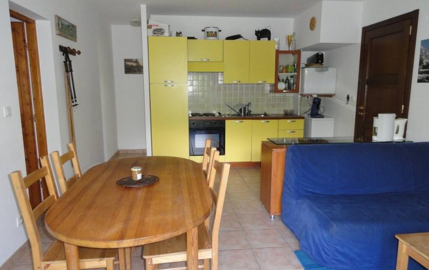 Location de vacances - Appartement à Vénosc - cuisine-séjour, couloir donnant sur les WC et la salle de bain.