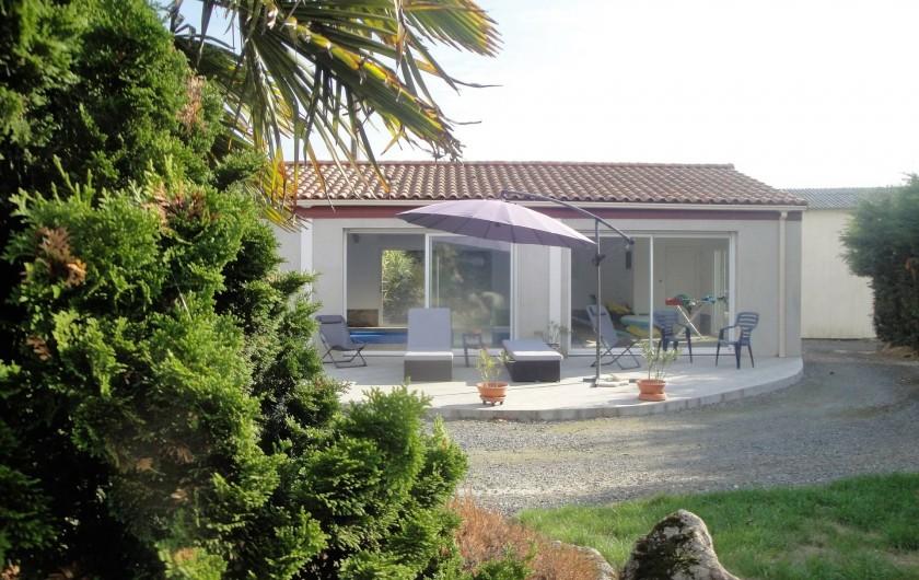 Location de vacances - Chambre d'hôtes à Saint-André-de-la-Marche - Terrasse de la piscine et jardin d'agrément