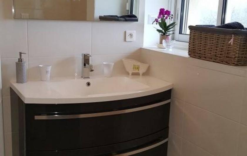 Location de vacances - Chambre d'hôtes à Saint-Caprais-de-Bordeaux - Salle d'eau et WC privatif de la Chambre Cuvée Prestige
