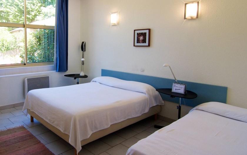 Location de vacances - Hôtel - Auberge à Saint-Jean-du-Gard - Chambre triple - 1 lit double et 1 lit simple