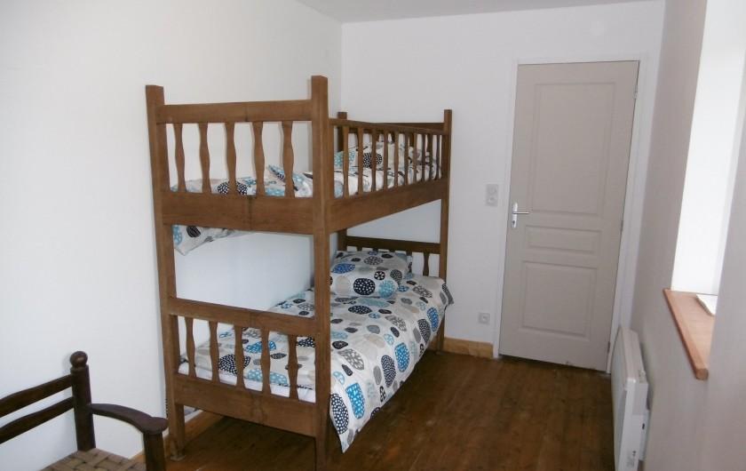 Location de vacances - Gîte à Saint-Chély-d'Aubrac - Chambre avec 2 lits superposés (80/ 190 )et 1 lit 1 personne (90/190)
