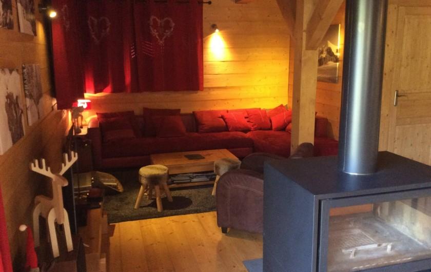 Location de vacances - Chalet à Le Praz de Lys - Coin salon et poêle/cheminée vue depuis la salle à manger