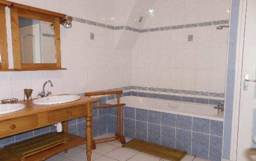 Location de vacances - Gîte à Combourg - salle de bain de l'étage