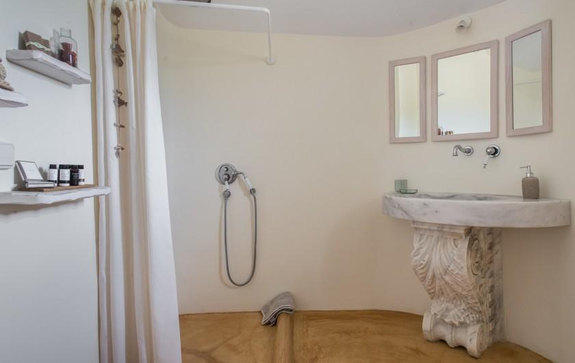 Location de vacances - Villa à Thera - Une salle de bain.