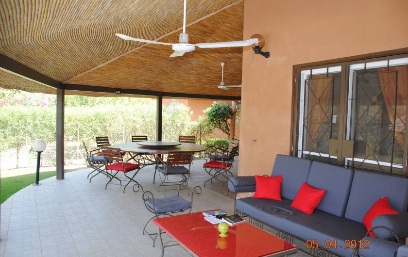 Location de vacances - Maison - Villa à Nianing - Du salon à la table ronde (8 personnes) et son plateau tournant!