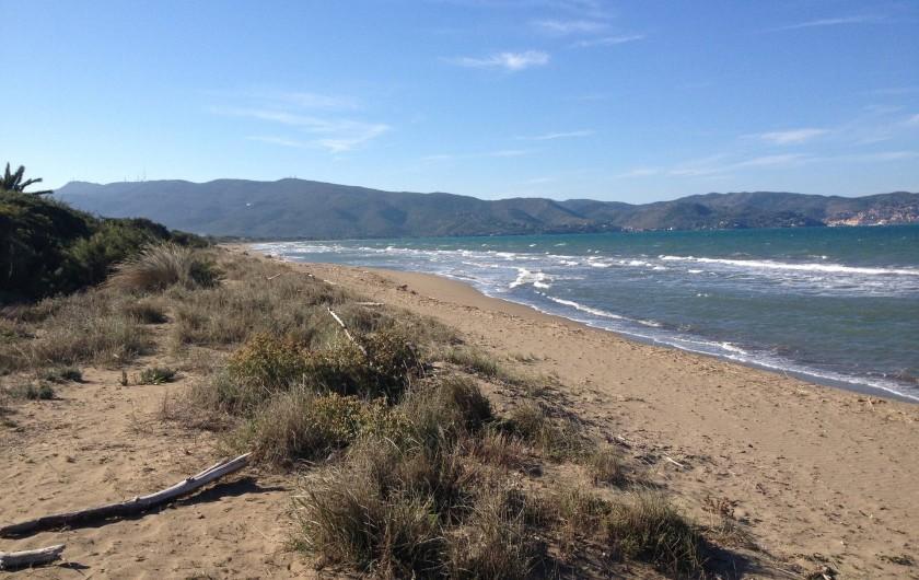 Location de vacances - Villa à Albinia - vue sur la mer depuis le jardin (coté de Porto S. Stefano)