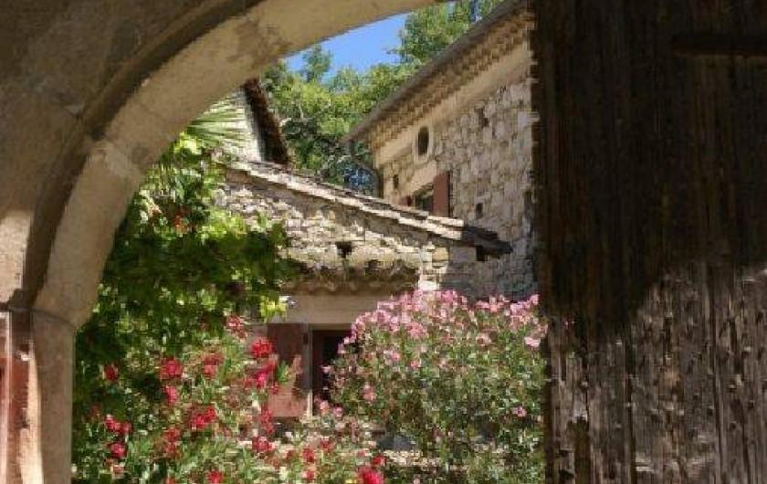 Location de vacances - Gîte à Mirmande - La cour de la ferme