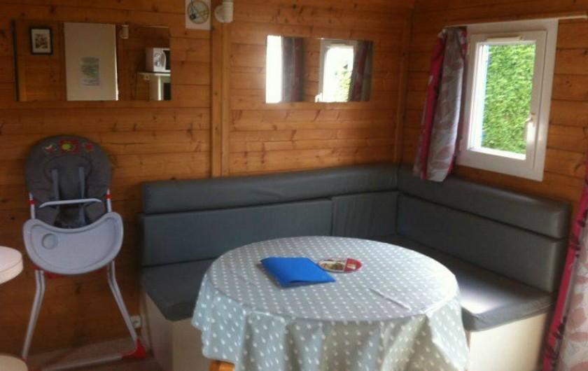 Location de vacances - Bungalow - Mobilhome à Biscarrosse - Coin salon,  chalet équipé d'une chaise haute et petite baignoire Bébé