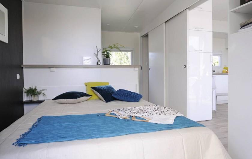 Location de vacances - Bungalow - Mobilhome à Biscarrosse - TAOS : Suite parentale lit 160 (draps fournis) avec salle d'eau (gde douche) WC
