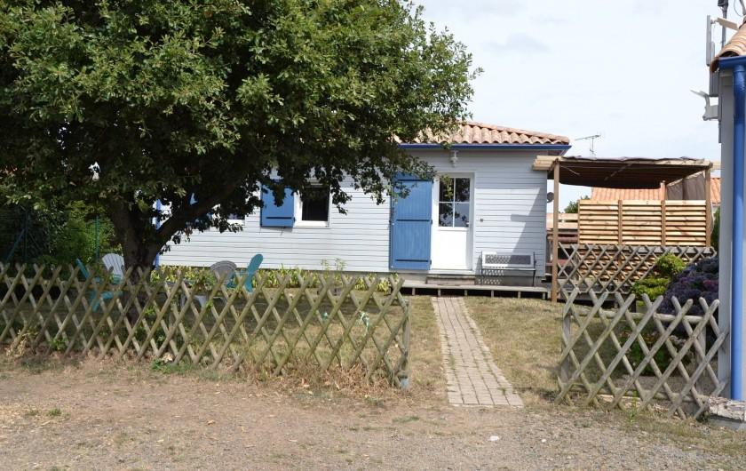 Location de vacances - Gîte à Brem-sur-Mer - vue depuis le parking