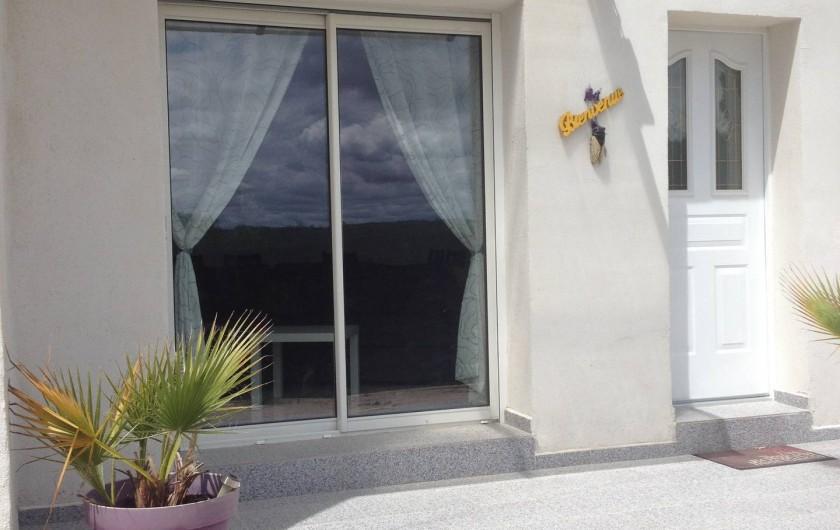 Location de vacances - Gîte à Bagnols-sur-Cèze - entré du gite  la baie vitrée  est face au mont ventoux