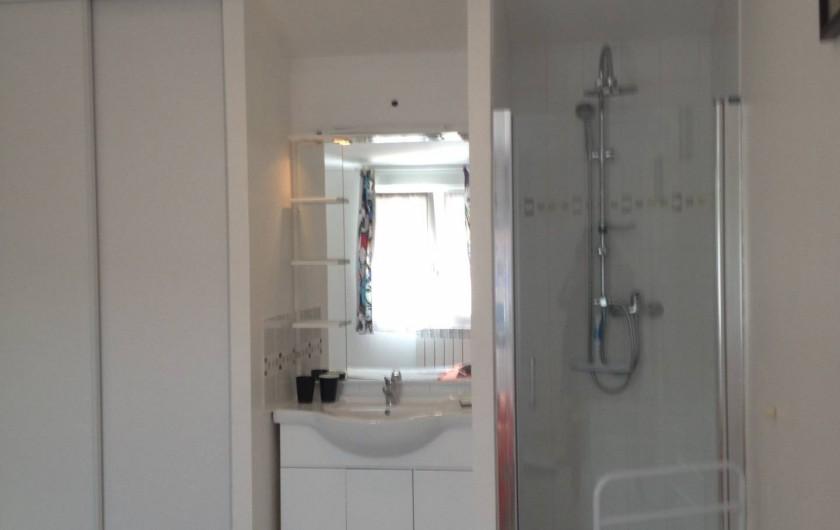 Location de vacances - Gîte à Bagnols-sur-Cèze - une douche et un lavabo par chambre