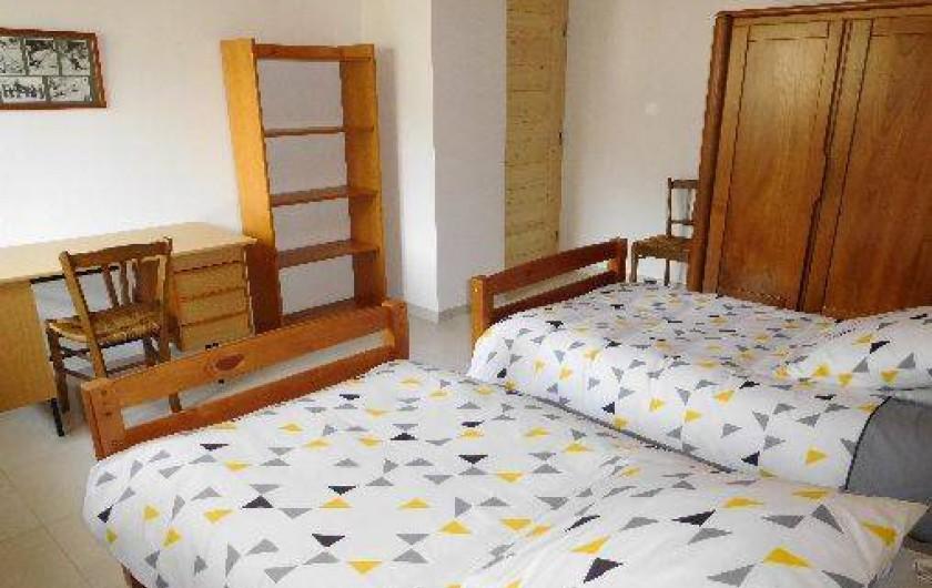 Location de vacances - Chalet à Samoëns - Chambre au 1er niveau avec 2 lits 90, fenêtre avec belle vue sur les montagnes