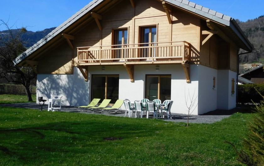 Location de vacances - Chalet à Samoëns - Le chalet en été  (façade sud), idéal pour repas et détente à l'extérieur