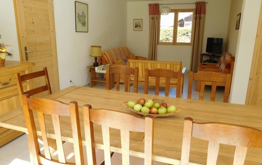 Location de vacances - Chalet à Samoëns - Salle à manger-salon (télé, chaîne HIFI, lecteur DVD, WIFI)