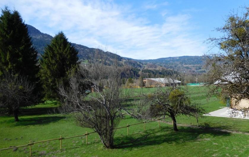 Location de vacances - Chalet à Samoëns - Vue depuis le balcon sur la base de loisirs (centre des activités, piscine)