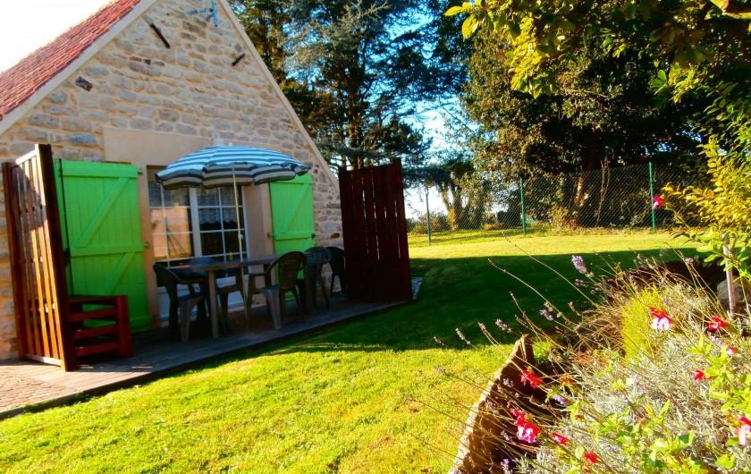 Location de vacances - Gîte à Beuvrequen - Le pignon arrière de la maison avec sa porte fenêtre donnant sur la terrasse