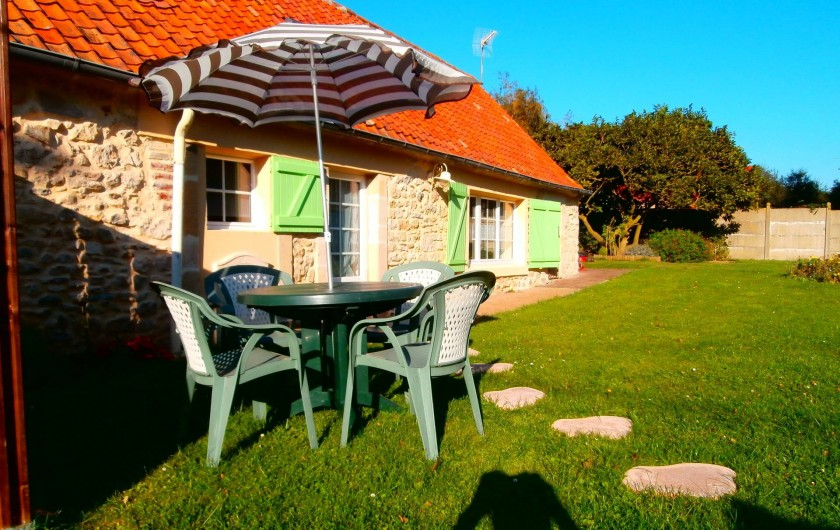 Location de vacances - Gîte à Beuvrequen - La maison n°2 avec sa devanture et sa pelouse