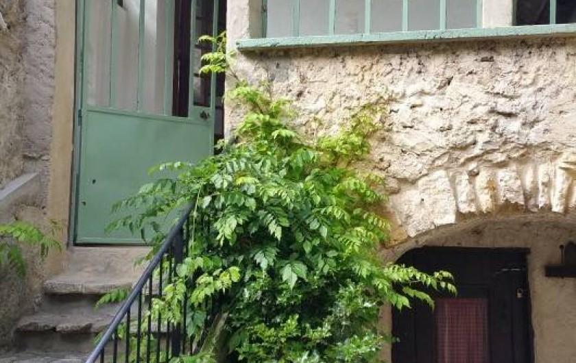 Location de vacances - Maison - Villa à Cornillon - Escalier et porte avant