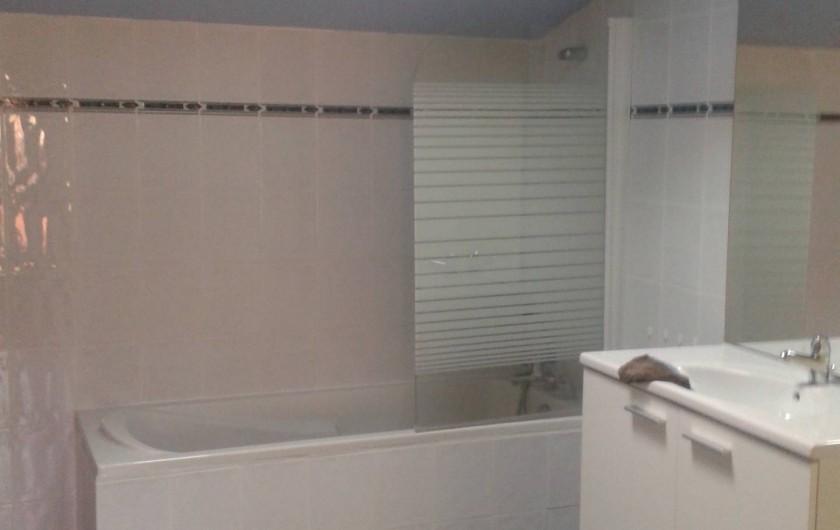 Location de vacances - Maison - Villa à Cornillon - salle de bain étage, avec WC
