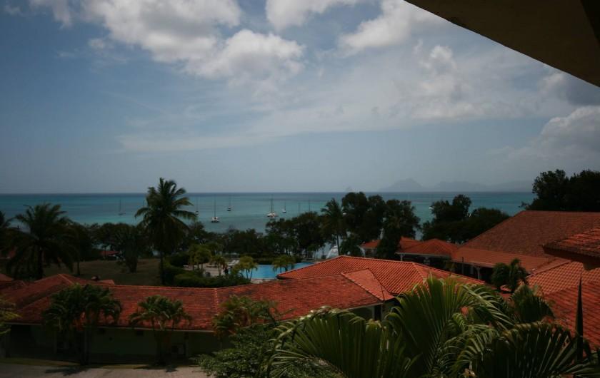 Location de vacances - Appartement à Sainte-Anne - Vue depuis le balcon sur le jardin, la piscine et la mer