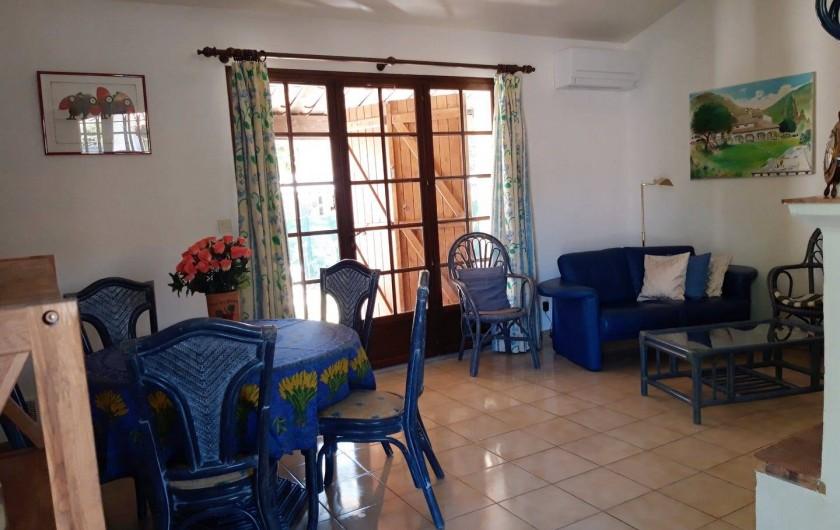 Location de vacances - Villa à Sainte-Maxime - Salle à manger / salon