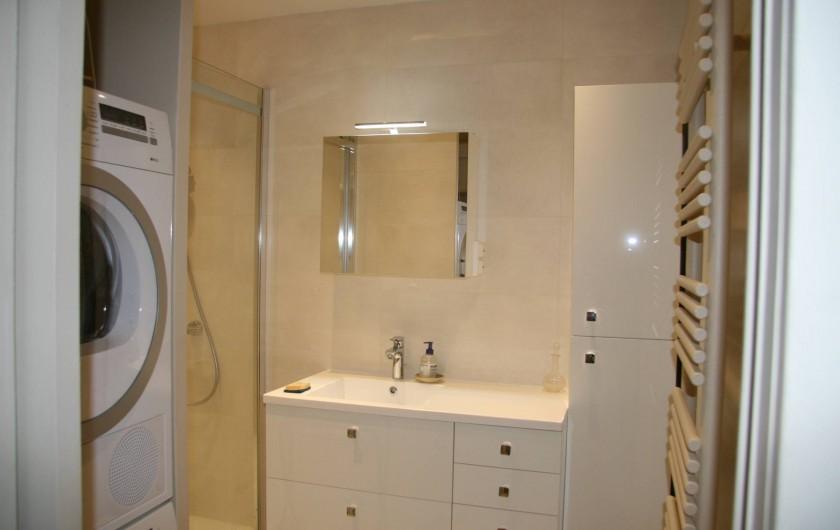 Location de vacances - Appartement à Arcachon - Salle de douche avec lave-linge et sèche linge