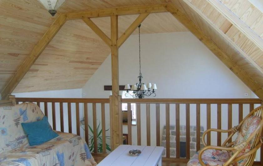 Location de vacances - Gîte à Calanhel - Mezzanine, coin salon avec TV , canapé et 2 fauteuils cabriolets