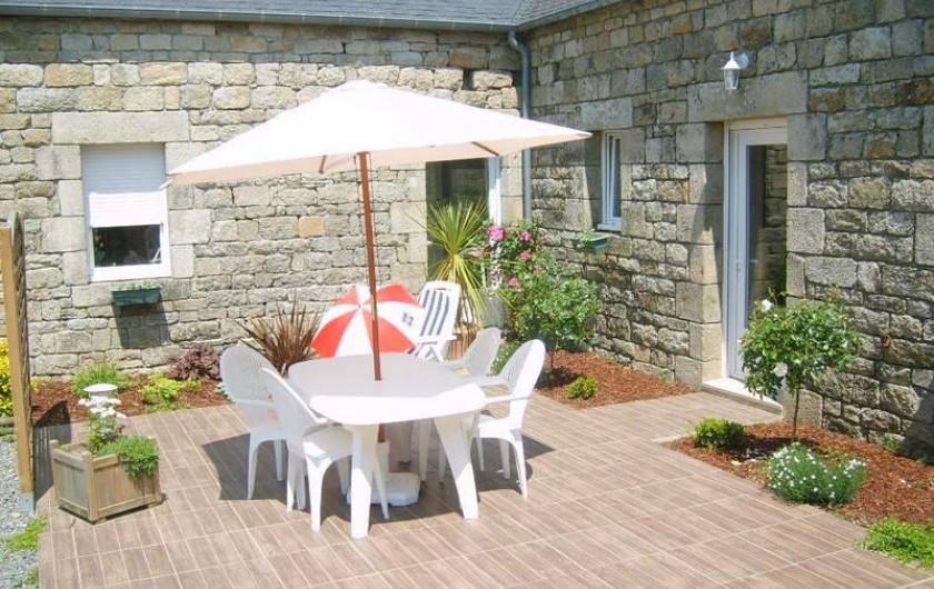 Location de vacances - Gîte à Calanhel - Terrasse du gite, les plants ont beaucoup poussés depuis..