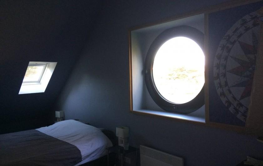Location de vacances - Villa à Perros-Guirec - chambre king size   avec vue sur l'étang et sur le port