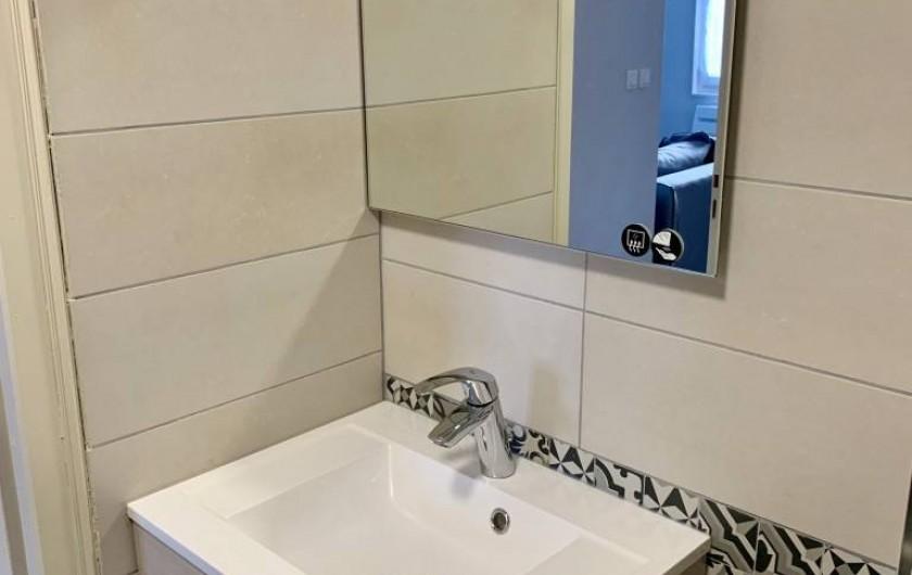 Location de vacances - Appartement à Labaroche - vasque et miroir dans la salle de bain