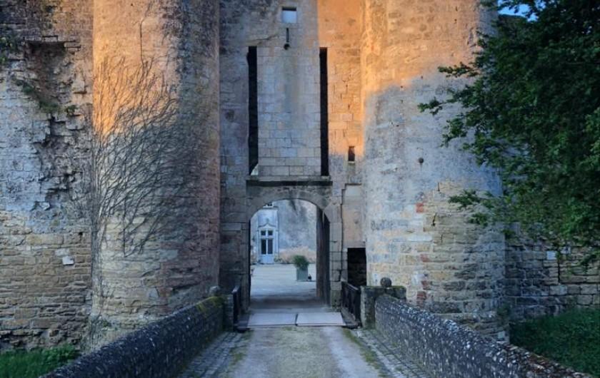Location de vacances - Château - Manoir à Montreuil-Bonnin - Poterne d'entrée