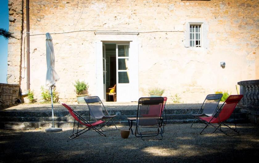 Location de vacances - Château - Manoir à Montreuil-Bonnin - Terrasse du salon sous le grand cèdre