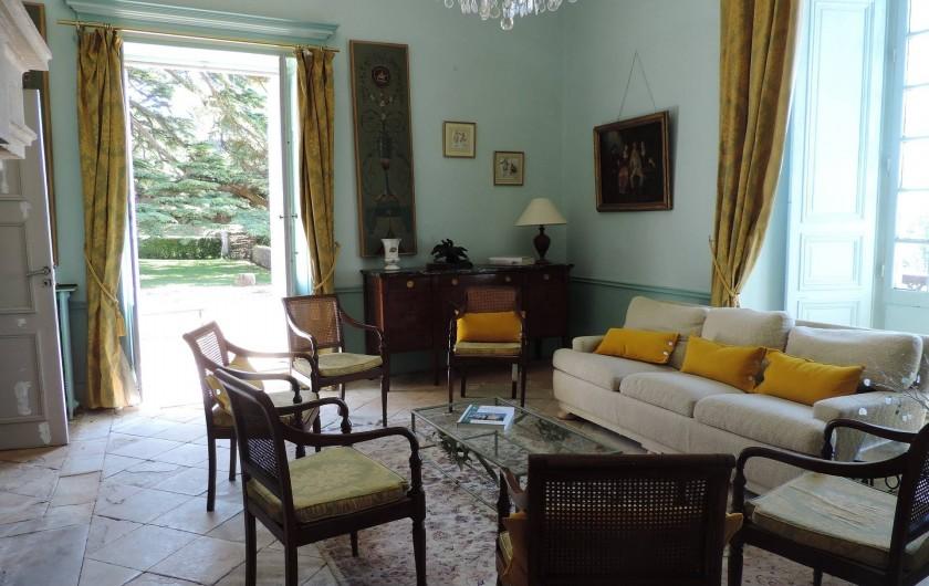 Location de vacances - Château - Manoir à Montreuil-Bonnin - salon ouvert sur la terrasse