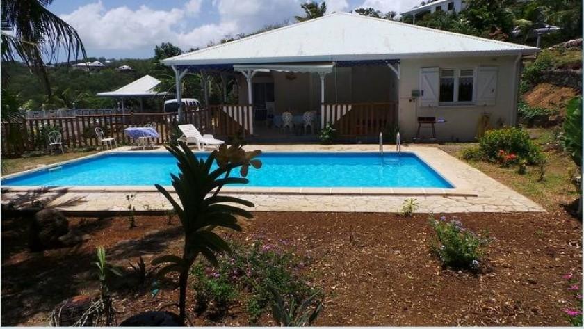 Vue d'ensemble villa et piscine