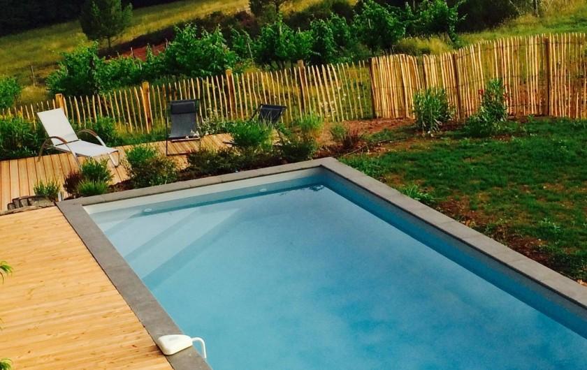 Location de vacances - Gîte à Biron - une lumière toujours magique sur la terrasse de la piscine le panorama en PLUS