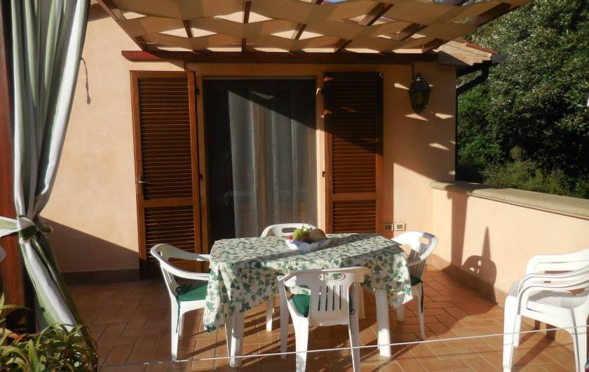 Location de vacances - Appartement à Guardistallo - Terrasse et entrée de l'appartement