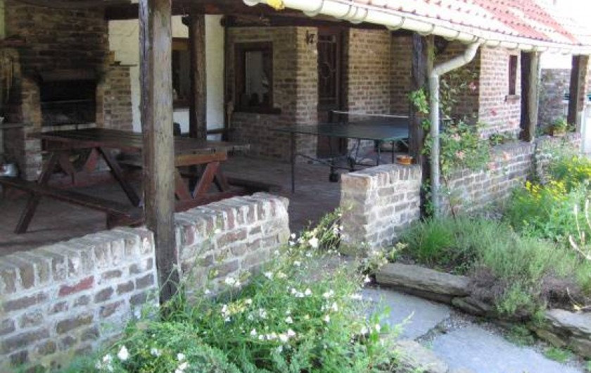 Location de vacances - Gîte à Xhierfomont - L'auvent vu du jardin. Au Vieux Noyer