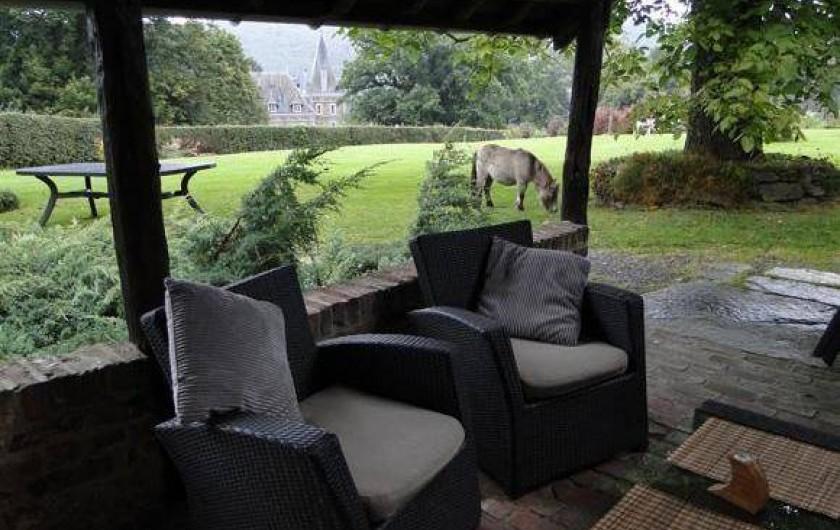 Location de vacances - Gîte à Xhierfomont - Sous l'auvent, le salon de jardin abrité du soleil ou de la pluie.