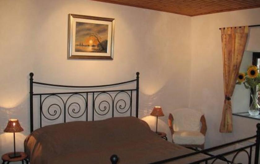 Location de vacances - Gîte à Xhierfomont - La chambre Tounesols et son grand lit confortable de 1m60.  Au Vieux Noyer