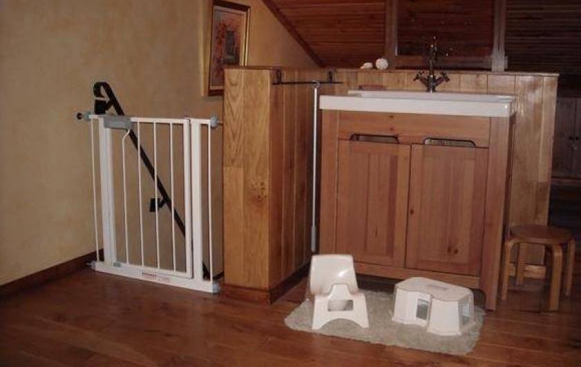 Location de vacances - Gîte à Xhierfomont - Au 2ème étage, chambre 4 lits simples équipée d'une armoire-évier.