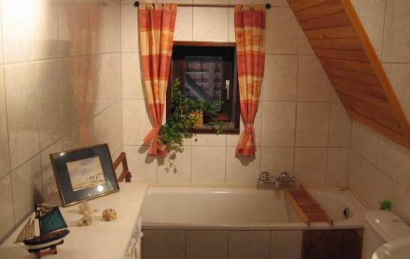 Location de vacances - Gîte à Xhierfomont - Salle de bain avec WC au premier étage. Au Vieux Noyer Stoumont