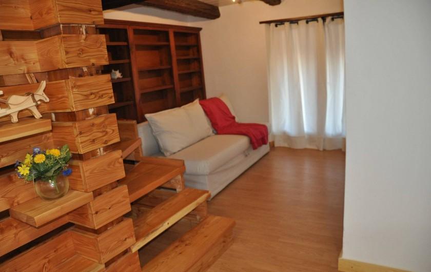 Location de vacances - Appartement à Puy-Saint-Vincent - le coin bibliothèque et son canapé convertible