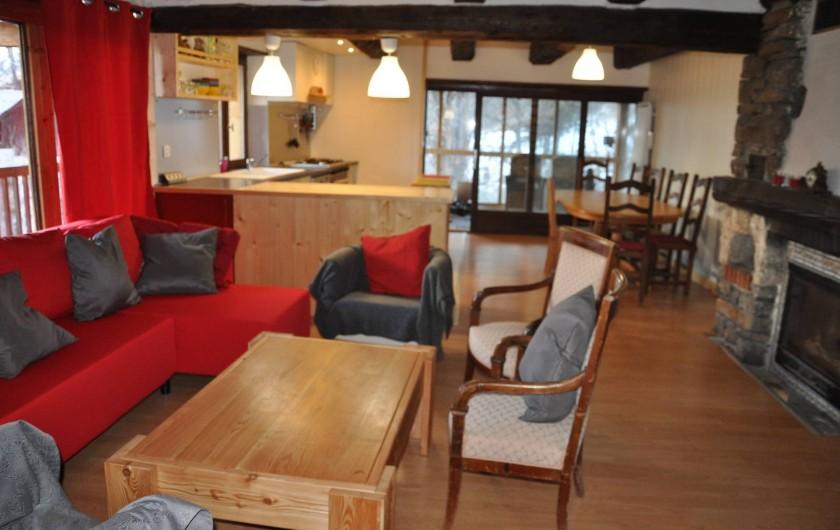 Location de vacances - Appartement à Puy-Saint-Vincent - l'espace de vie et sa cheminée,au fond la véranda