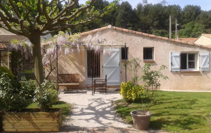 Location de vacances - Appartement à Mimet - L' entrée de la petite maison Avec place de parking