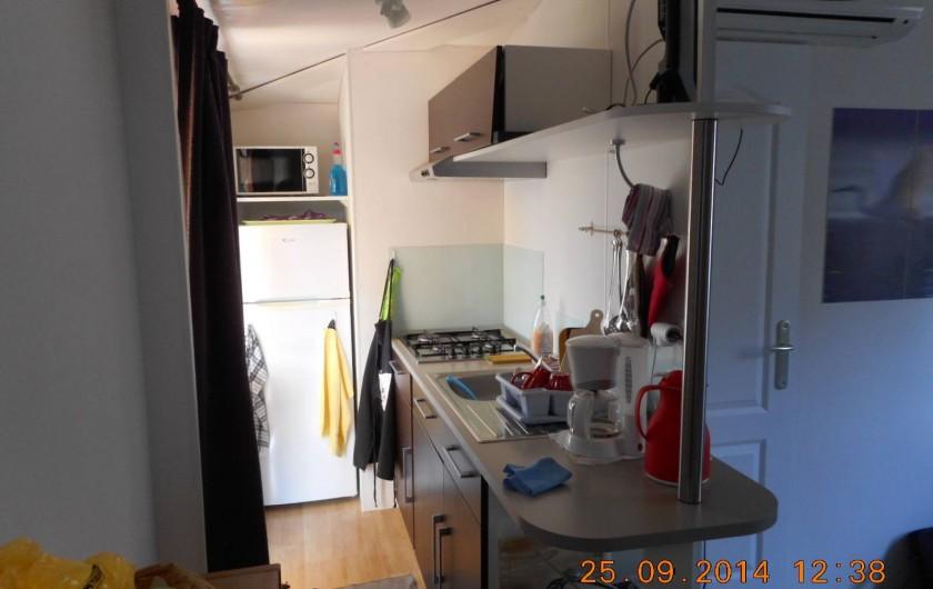 Location de vacances - Bungalow - Mobilhome à Le Muy - Le coin cuisine : 4 becs, micro-ondes, petit four, tv...