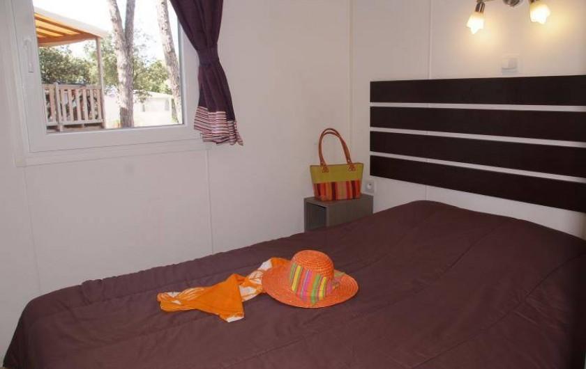 """Location de vacances - Bungalow - Mobilhome à Le Muy - Chambre """"lit double"""" ( vue extérieure modifiée depuis lors)"""