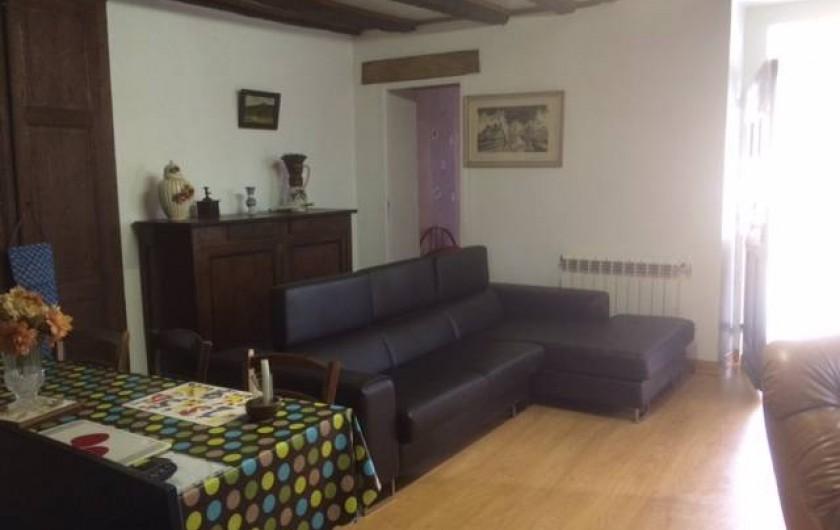 Location de vacances - Maison - Villa à Cuzorn - table coin canape porte au fond donnant sur chambre 2 lits